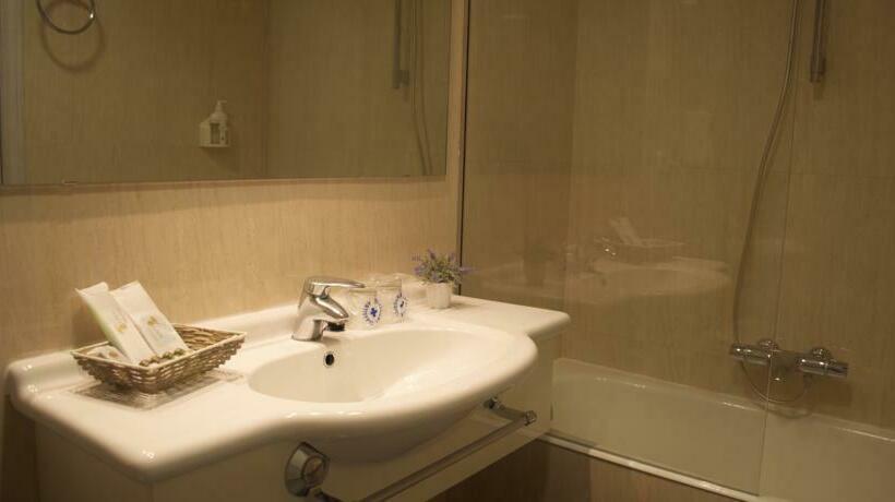 Bathroom Hotel Ares Zamora