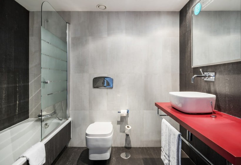 Bathroom Hotel Ilunion Suites Madrid