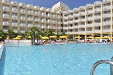 Piscina Hotel GHT Oasis Tossa & Spa Tossa de Mar