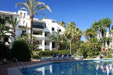 Apartamentos los patios de santa maria golf suites en for Jardines las golondrinas marbella