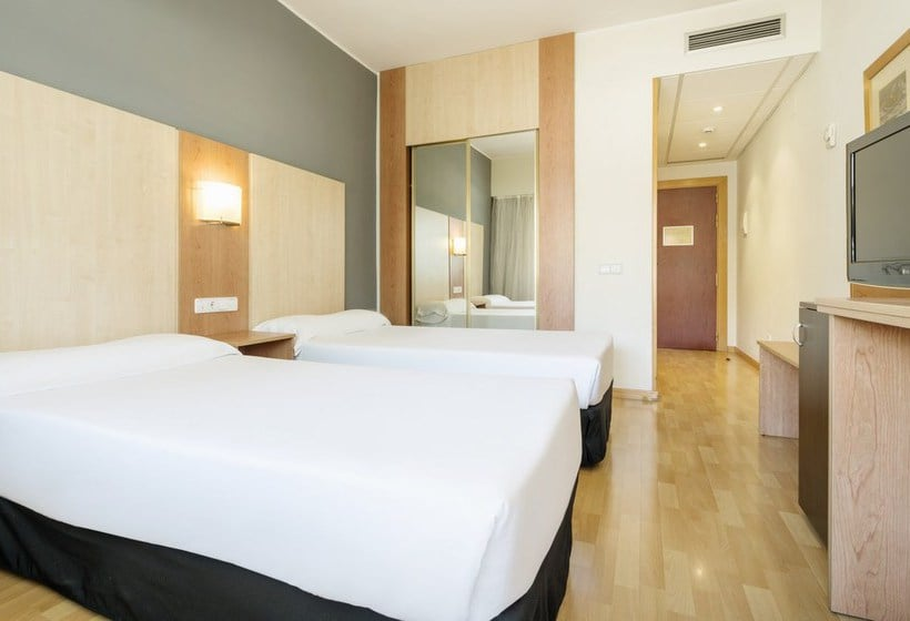 Hotel ilunion romareda en zaragoza destinia for Hotel habitacion familiar zaragoza