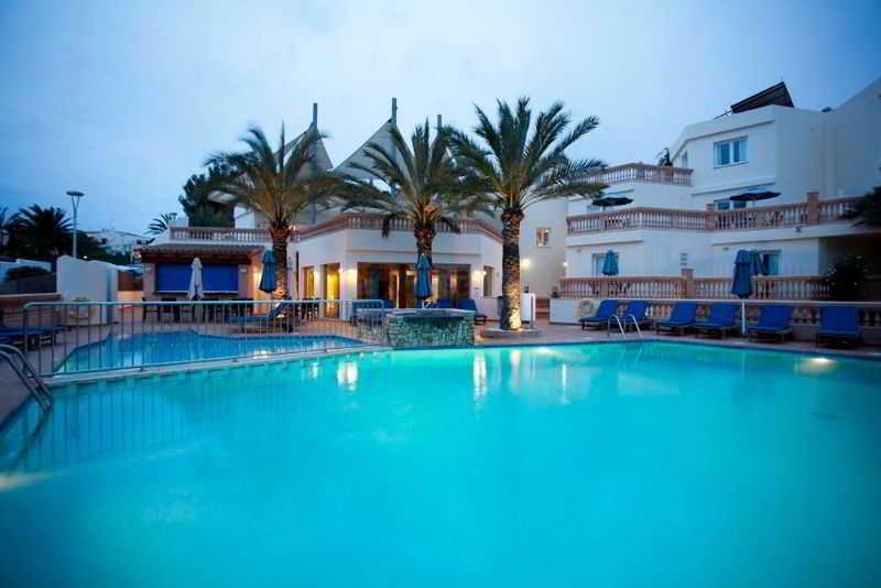 apartamentos azul playa en cala ferrera destinia